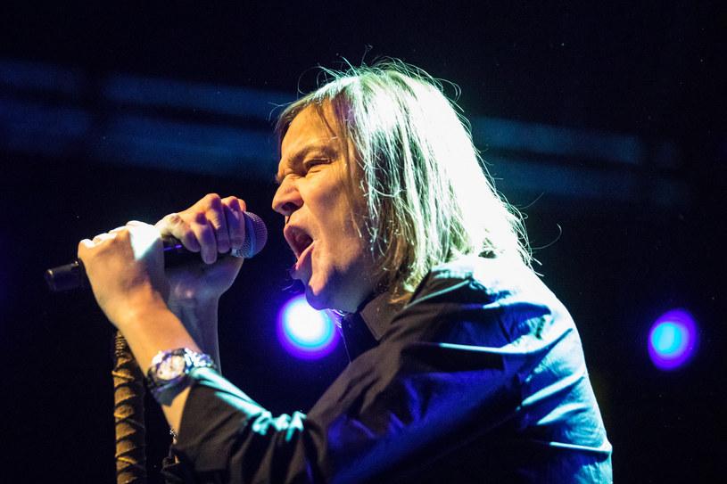 """14 marca w Kielcach grupa Wilki zakończy """"Niebieską trasę"""", w ramach której zespół Roberta Gawlińskiego zabiera fanów w podróż w czasie do roku 1992, grając w całości debiutancką płytę """"Wilki"""". Tymczasem wokalista zaprezentował swój nowy wizerunek, ścinając swoje długie włosy i zmieniając ich kolor."""