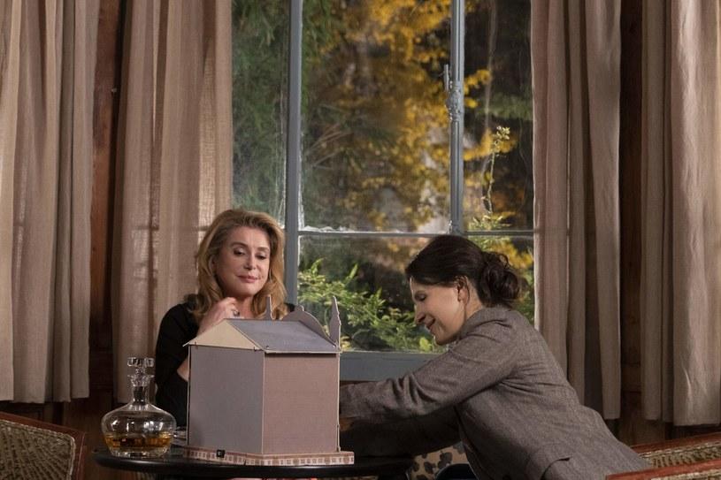 """Andrzej Wajda zwykł mawiać, że kluczem do sukcesu filmu jest - obok pomysłu - dobór obsady. """"Prawda"""" jest tego doskonałym przykładem. To właśnie dzięki dwóm głównym gwiazdom: Catherine Deneuve i Juliette Binoche - dzieło Hirokazu Kore-edy wybrzmiewa tak mocno i intrygująco zarazem."""