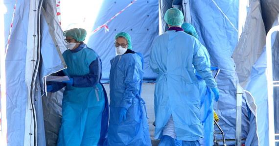 O kolejnych przypadkach zarażenia koronawirusem poinformował podczas pilnej konferencji minister zdrowia Łukasz Szumowski. Jednym z zarażonych jest kobieta, która podróżowała autokarem z Niemiec razem z mężczyzną, u którego jako pierwszego w Polsce zdiagnozowano zarażenie koronawirusem. Pacjentka przebywa w Ostródzie. Pozytywny wynik testów potwierdzono również u małżeństwa, które wróciło z północnych Włoch. Para przebywa w szpitalu w Szczecinie. Czwarty zarażony pacjent przebywa we Wrocławiu, koronawirusem prawdopodobnie zaraził się w Wielkiej Brytanii. W sumie w Polsce zarażonych koronawirusem jest już 5 osób. Na całym świecie koronawirus dotarł już do 96 państw, zarażonych jest już ponad 100 tys. osób, a ponad 3400 osób zmarło.
