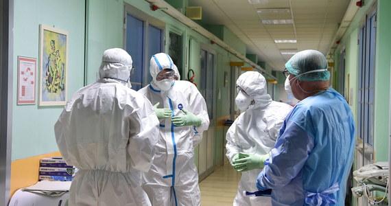 Zarażona koronawirusem pacjentka z Ostródy miała wcześniej kontakt z 66-latkiem, który kilka dni temu trafił do szpitala w Zielonej Górze. Tym samym autobusem wrócili do Polski z Niemiec. W środę okazało się, że mężczyzna jest zarażony koronawirusem. Dziś minister zdrowia poinformował o kolejnych czterech osobach zarażonych COVID-19.