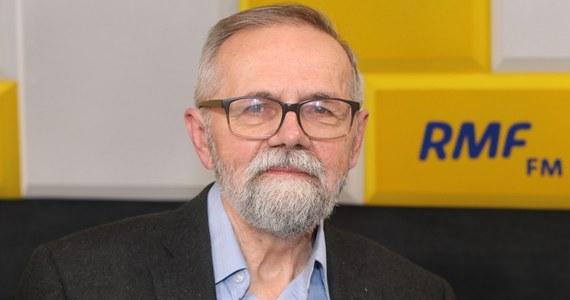 """Prof. Ryszard Bugaj pytany w Popołudniowej rozmowie w RMF FM przez Marcina Zaborskiego o to, czy podtrzymuje swoje przekonanie, że Andrzej Duda wygra wybory prezydenckie komentował: """"Teraz się waham. Poprzednio dawałem zastrzeżenie, że jeżeli nic się nie zdarzy"""". Jak dodaje, sytuacja się zmieniła ze względu na gorąca atmosferę wokół pieniędzy, które mają zostać przekazane na publiczne media. """"Są nowe emocje. Między innymi związane chociażby w tymi 2 mld zł na telewizję Kurskiego. Ja Jackowi Kurskiemu życzę jak najgorzej i chciałbym, żeby ta telewizja była inna, niż jest. Ale myślę, że naprawa publicznej telewizji nie powinna polegać na tym, ze weźmie się ją głodem""""."""