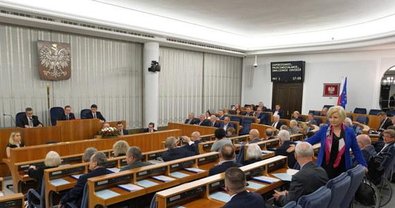 Senat bez poprawek poparł ustawę o przeciwdziałaniu chorobie COVID-19. Senatorowie zapowiedzieli jednak, że skierują ją w przyszłym tygodniu do nowelizacji, bo zawiera wiele błędów merytorycznych i legislacyjnych.
