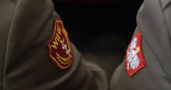Wojskowa służba zdrowia jest przygotowana na sytuacje związane z wystąpieniem koronawirusa w Polsce. Jest gotowa do udzielania pomocy pacjentom i wspierania cywilnego systemu ochrony zdrowia, a także pozostaje w stałym kontakcie z resortem zdrowia - zapewniło w piątek MON w reakcji na publikacje Onet.pl.