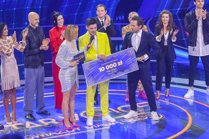 """Aleksiej Jarowienko wygrał drugi odcinek programu """"Star Voice. Gwiazdy mają głos"""". Gwiazdor """"Zniewolonej"""" na razie jest bezkonkurencyjny, a widzowie pozwolili mu wygrać już dwa odcinki z rzędu. Zagrożeni odpadnięciem są natomiast Marcin Urbaś i Robert Koszucki."""