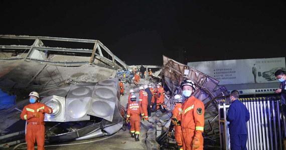 Około 70 osób zostało uwięzionych pod gruzami hotelu, który w sobotę zawalił się w mieście Quanzhou w prowincji Fujian na południowym wschodzie Chin. Jak poinformowały władze miasta, dotychczas udało się uratować 38 z nich. Wciąż nie wiadomo, co było przyczyną katastrofy.