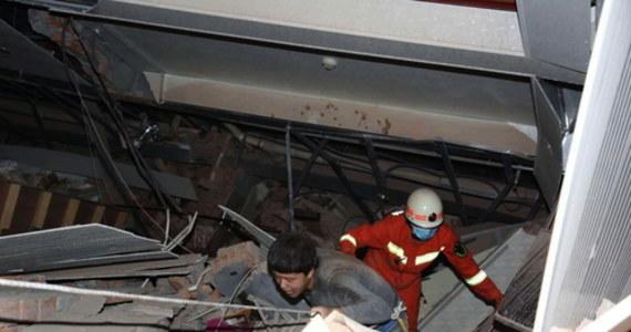 W sobotę w Quanzhou w Chinach zawalił się hotel, który był wykorzystywany jako miejsce kwarantanny dla osób mogących zarazić się koronawirusem. W katastrofie zginęło co najmniej 10 osób, na miejscu trwa akcja ratunkowa.