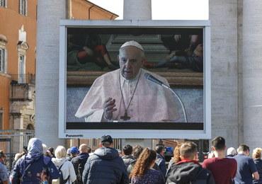 Papież Franciszek modli się za chorych z powodu koronawirusa