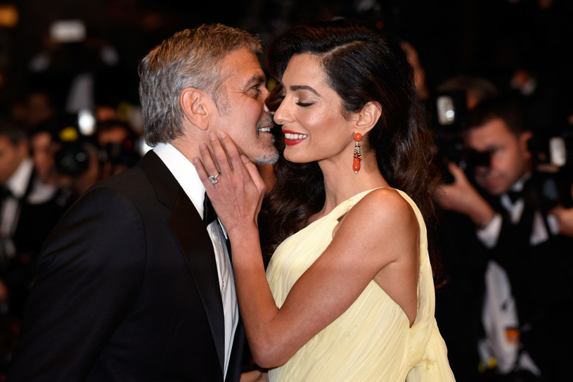 Wystarczyło jedno, niezbyt wyraźne zdjęcie 43-letniej Amal Clooney, aby świat oszalał. Wieść o tym, jakoby 60-letni aktor spodziewał się trzeciego dziecka pojawiła się w większości mediów. O tym, jaka jest prawda, powiedział medialny przedstawiciel pary. Rodzina aktora większa nie będzie.