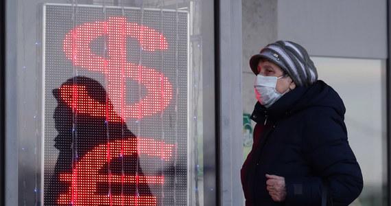 Ministerstwo finansów Rosji i bank centralny zareagowały na gwałtowne spadki cen ropy, które skutkowały osłabieniem rubla na światowym rynku walutowym. Resort finansów zapewnił, że ma wystarczające środki na rekompensatę spadków cen surowca.