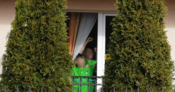 50 dzieci i ich opiekunowie zostali poddani kwarantannie w ośrodku w nadmorskim Dźwirzynie. Opiekunem grupy 10-latków okazał się syn zarażonego koronawirusem pacjenta z Raciborza.