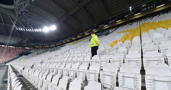 """""""Podjęliśmy decyzję o odwołaniu wszystkich imprez masowych"""" - ogłosił na konferencji prasowej po posiedzeniu rządowego zespołu zarządzania kryzysowego premier Mateusz Morawiecki. Zakaz dotyczy wszystkich imprez sportowych i artystycznych, na które przychodzi ponad 1000 osób, a w hali ponad 500 osób. To oznaczałoby odwołanie wszystkich dużych koncertów i np. meczów piłkarskich. Szef MSWiA Mariusz Kamiński zasugerował jednak, że takie wydarzenia mogłyby się odbyć, ale bez publiczności."""
