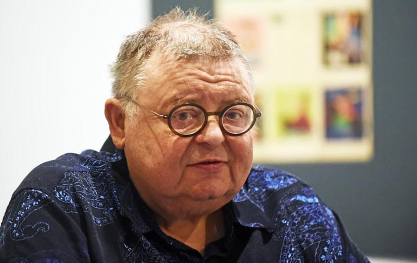 Po odejściu Wojciecha Manna z radiowej Trójki szefostwo stacji stanęło przed wyzwaniem, by znaleźć za niego zastępstwo. Wstępnie miejsce Manna zajął Piotr Łodej.