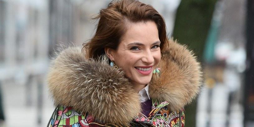 """""""Zdecydowaliśmy się z narzeczonym wpuścić widzów do naszego prywatnego świata. Ciągle jestem zaskoczona naszą decyzją"""" - mówi aktorka Anna Dereszowska. Para buduje dom na Mazurach i to, jak przebiegają prace, będzie można oglądać w programie  """"Budując marzenia""""."""