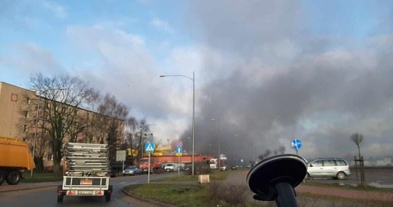 Jedna osoba zginęła, pięć zostało rannych w pożarze huty szkła przy ulicy Jagiełły w Działdowie w woj. warmińsko-mazurskim. Doszło tam do wycieku szklanej surówki. Kłęby dymu widać było z kilku kilometrów.