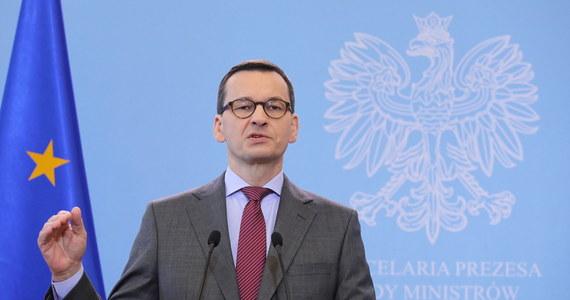 """""""Prosimy, żeby wszyscy, którzy mogą już od jutra powstrzymali się od posyłania dzieci do szkoły, zwłaszcza do szkół średnich; młodzież świetnie sobie sama ze sobą poradzi"""" - powiedział premier Mateusz Morawiecki."""