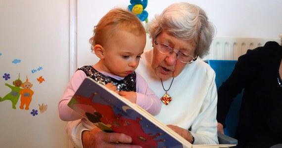 Rząd nie zaleca, aby dziećmi w najbliższych dniach zajmowali się dziadkowie, czyli osoby starsze, będące w grupie ryzyka związanego z poważnymi powikłaniami po zakażenia koronawirusem SARS-CoV-2. Minister zdrowia Łukasz Szumowski dodał, że zasiłki dla rodziców mają na celu pomoc finansową, która ma umożliwić jednemu z rodziców opiekę nad potomstwem. Rząd podjął decyzję o zamknięciu na dwa tygodnie żłobków, szkół, uczelni, kina i teatrów. Rodzicom dzieci poniżej 8. roku życia na czas opieki nad maluchem będzie przysługiwał dodatkowy zasiłek opiekuńczy.
