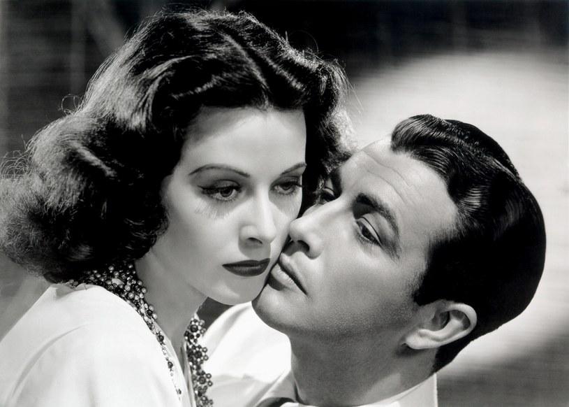 Jak to się stało, że jedna z najpiękniejszych, najbogatszych i najbardziej podziwianych kobiet Wiednia została (w opinii swych rodaków) zdrajczynią? Że porzuciła dumnego z niej męża, rodzinne miasto i ojczyznę i wyjechała za ocean, by tam nie tylko robić hollywoodzką karierę, ale też czynnie wspierać wrogów Austrii? Cóż, rodzinne miasto Hedy Lamarr zdradziło ją pierwsze.