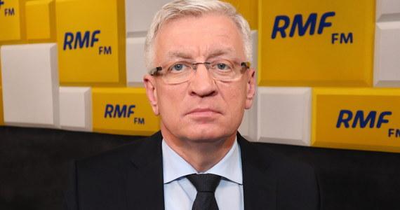 """""""Mamy tylko na 3 dni zapas masek i strojów ochronnych. Mamy nadzieję, że dostaniemy więcej poprzez wojewodę z Agencji Rezerw Materiałowych. W innym przypadku lekarze nie będą kontynuować pracy"""" - mówił w Popołudniowej rozmowie w RMF FM prezydent Poznania Jacek Jaśkowiak. Powiedział, że jego zdaniem wszyscy samorządowcy mają ten problem, """"tylko jest pytanie, czy są to zapasy na 2 czy na 4 dni"""". Przyznał także, że brakuje respiratorów. """"W szpitalu zakaźnym mamy 61 sztuk, ale one są potrzebne też w innych przypadkach, nie tylko do koronawirusa"""" - mówił."""