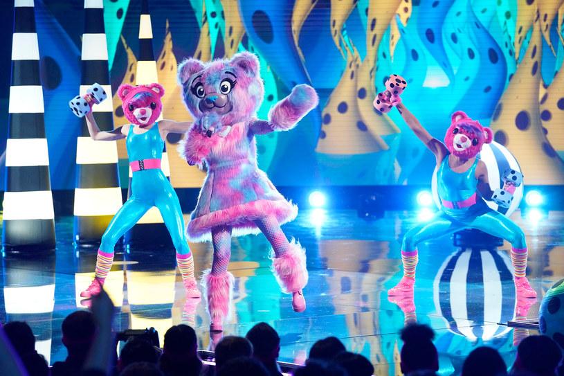 """Program """"The Masked Singer"""" cieszy się w Stanach Zjednoczonych niesłabnącą popularnością. W szóstym odcinku z programem pożegnała się uczestniczka kryjąca się za maską niedźwiedzia. O kogo chodzi?"""
