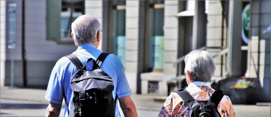 Seniorzy są ludźmi doświadczonymi przez życie i - z nielicznymi wyjątkami - nie panikują w związku z koronawirusem. To jednak grupa najbardziej narażona na zakażenia i dlatego należy ją uświadamiać, jak uniknąć choroby i że mamy pandemię – mówi dr Krzysztof Czarnobilski - konsultant ds. chorób wewnętrznych i geriatrii w krakowskim szpitalu MSWiA.