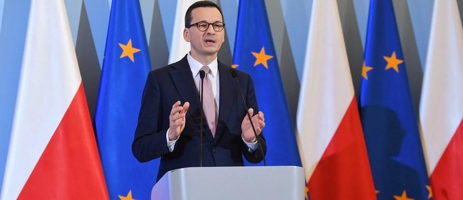"""""""W obliczu ogłoszonej pandemii najważniejsze słowa to bezpieczeństwo i odpowiedzialność. Zdecydowaliśmy się na wprowadzenie stanu zagrożenia epidemicznego"""" - poinformował premier Mateusz Morawiecki. Dodał, że wprowadzony zostaje zakaz wjazdu do Polski dla cudzoziemców. """"Ograniczamy działalność galerii handlowych"""" - zapowiedział również szef rządu."""
