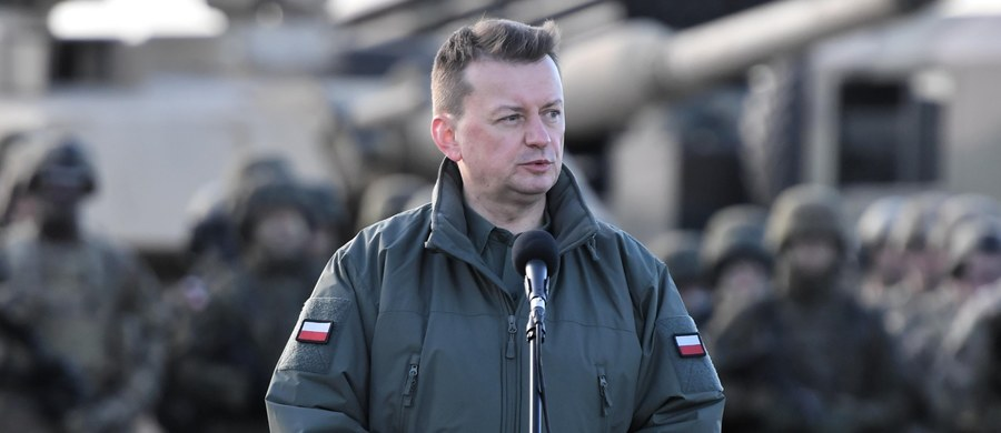 """W niedzielę służbę na granicach pełniło tysiąc żołnierzy, a od poniedziałku zaangażowanych we współpracę z innymi służbami będzie 2,5 tysiąca żołnierzy - zapowiedział to w TVP minister obrony narodowej Mariusz Błaszczak. """"Zależy nam na tym, żeby zapewnić bezpieczeństwo, stąd zaangażowanie żołnierzy Wojska Polskiego. To jest właśnie istota służby, żeby zapewniać bezpieczeństwo na co dzień"""" – podkreślił szef MON."""