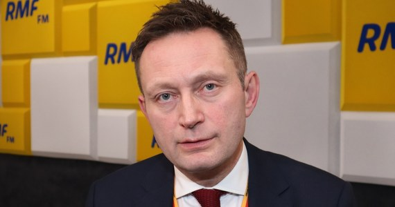 """""""To jest czas, który nie sprzyja kampanii wyborczej, w którym myślimy o życiu swoim i swoich najbliższych. Źle byłoby, gdyby wybory prezydenckie były naznaczone czasem obawy. Myślę, że rozsądne są głosy mówiące o tym, że trzeba rozważyć przesunięcie wyborów"""" - mówi w Popołudniowej rozmowie w RMF FM wiceprezydent Warszawy Paweł Rabiej. """"Dzisiaj widzimy, że jedyną osobą, która efektywnie prowadzi kampanię wyborczą w Polsce jest Andrzej Duda"""" - dodaje. """"Obawiam się, że do maja niewiele się zmieni i walka z koronawirusem sięgnie również do wyborów prezydenckich"""" – twierdzi gość Marcina Zaborskiego."""