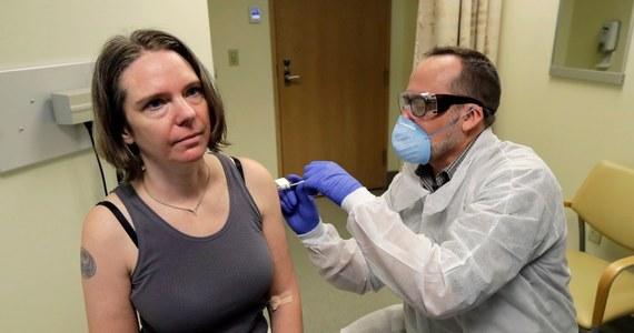 """Testy szczepionki na koronawirusa w USA rozpoczęte. Pierwszym ochotnikiem jest 43-letnia Jennifer Haller. """"Wszyscy czujemy się bezsilni wobec pandemii. To fantastyczna okazja, by coś zrobić"""" - powiedziała Amerykanka, mama dwójki dzieci przed przyjęciem pierwszego zastrzyku. Zanim szczepionka wejdzie do powszechnego użytku, minie co najmniej rok."""