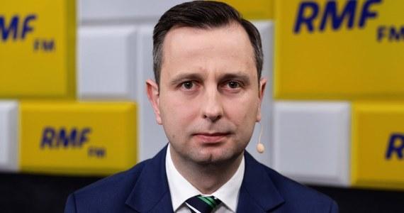 """""""Wierzę w to, co mówi minister Szumowski, że za 2,3 tygodnie będzie szczyt zachorowań"""" - powiedział Władysław Kosiniak-Kamysz w Porannej rozmowie w RMF FM. """"W kampanii najważniejsze są: debaty, spotkania z mieszkańcami - te są po prostu niemożliwe. Nie istnieje żaden inny temat i trudno się temu dziwić, bo jest jeden cel - walka z koronawirusem. Święte są: zdrowie i życie Polaków, a nie termin wyborów. Trzeba je odsunąć i przesunąć na jesień - wzywam do tego wszystkich kandydatów"""" - stwierdził kandydat na prezydenta."""