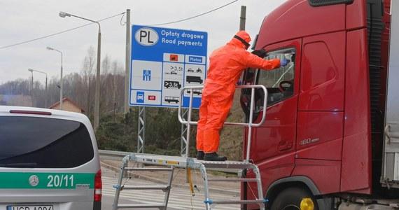 Około 3 tysięcy obywateli krajów bałtyckich przejedzie w specjalnych konwojach przez Polskę - dowiedział się reporter RMF FM. Kolumny busów i autobusów są eskortowane przez policjantów od przejścia granicznego z Niemcami w Świecku, do Budziska na granicy polsko-litewskiej.