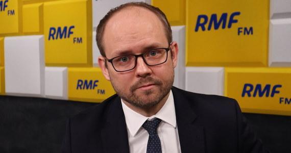 """""""Akcja """"Lot do domu"""" będzie kontynuowana do odwołania - do momentu kiedy się sytuacja zmieni, uspokoi, zostaną zdjęte restrykcje dotyczące stanu nadzwyczajnego de facto wprowadzonego w Polsce albo znikną potrzeby przeprowadzania tej akcji"""" - mówi w Popołudniowej rozmowie w RMF FM wiceminister spraw zagranicznych Marcin Przydacz. Zapewnia, że 28 marca nie będzie ostatnim dniem akcji."""