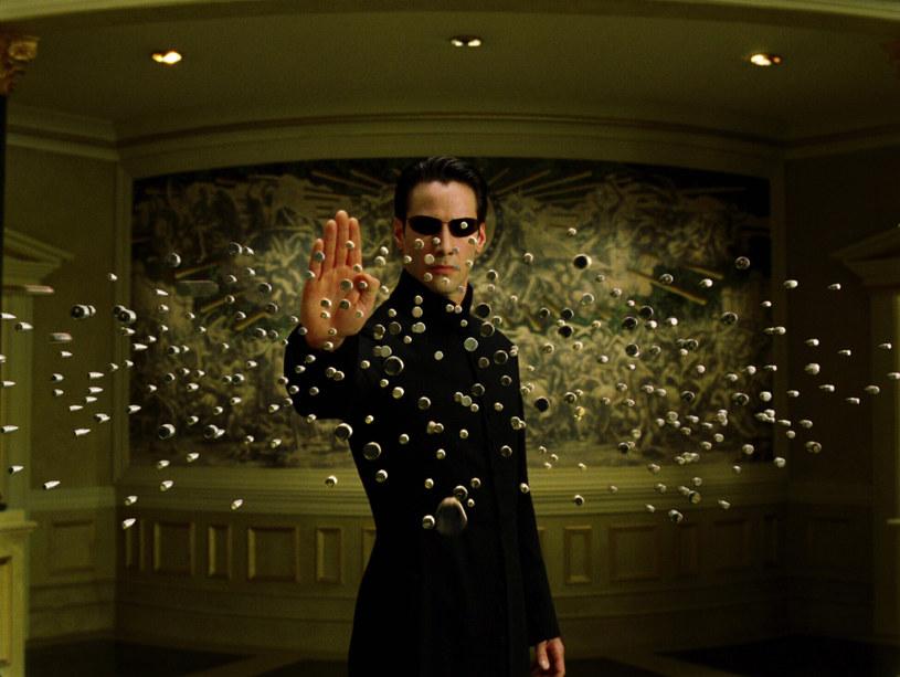 """Produkcja czwartej części kultowej serii """"Matrix"""" została niedawno wznowiona po przymusowej pięciomiesięcznej przerwie spowodowanej pandemią COVID-19. Wiadomo, że do swoich ról z poprzednich filmów powrócą Keanu Reeves, Carrie-Anne Moss i Jada Pinkett-Smith. Obok nich pojawi się jeszcze jedna postać znana z poprzednich części. To agent Johnson, w którego wciela się Daniel Bernhardt."""