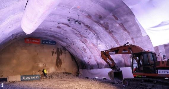 """W związku z koronawirusem Włosi pracujący przy budowie tunelu na zakopiance mają zakaz wyjazdów do domów. Tunel buduje włoska firma Astaldi, której załogę w większości stanowią Włosi. """"Prace na tym odcinku trwają nieprzerwanie i są prowadzone z zastosowaniem środków ostrożności związanych z epidemią"""" – poinformowała GDDKiA."""
