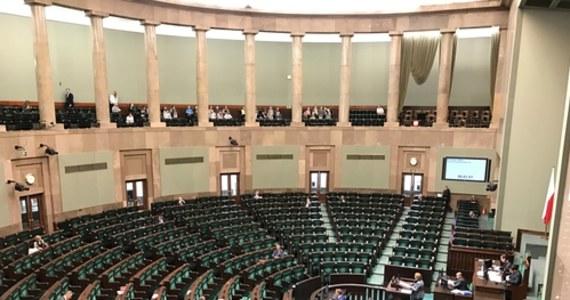 Wicemarszałek Sejmu z SLD Włodzimierz Czarzasty postuluje przeprowadzenie szybkich testów na obecność koronawirusa u wszystkich posłów przed rozpoczęciem posiedzenia Sejmu. Obecnie posiedzenie jest zaplanowane na przyszłą środę. Władze Prawa i Sprawiedliwości rozważają, czy w związku z pakietem antykryzysowym konieczne będzie szybsze zwołanie posiedzenia izba niższej. Jak dowiedział się reporter RMF FM Patryk Michalski, w tej sprawie trwa narada z udziałem marszałek Sejmu.