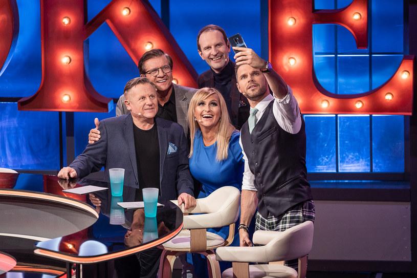 """W sobotę 21 marca Polsat wyemituje pierwszy odcinek programu """"Joke Show"""". Poprowadzi go popularny stand-uper i aktor Rafał Rutkowski. Zasada jest prosta - goście, którzy zasiądą przy wspólnym stole, mają opowiadać dowcipy i anegdoty na zadany przez gospodarza temat."""