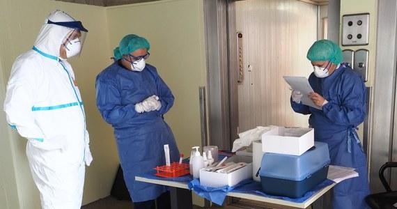 475 osób zakażonych koronawirusem zmarło w ciągu doby we Włoszech - poinformowała w środę Obrona Cywilna. To rekordowa liczba od początku pandemii. Tym samym łączny bilans zmarłych wzrósł do 2978. Obecnie w całym kraju zakażonych jest ponad 28 tys. osób.