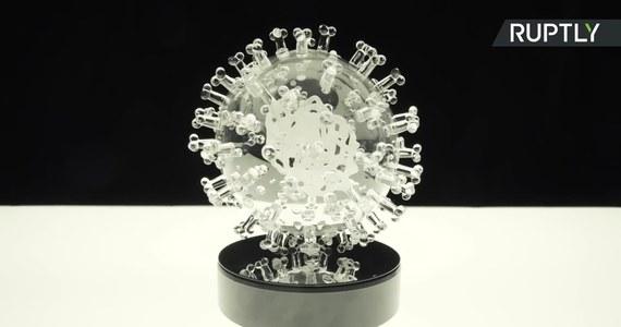 Brytyjski artysta Luke Jerram stworzył szklaną rzeźbę przedstawiającą koronawirusa. Zlecenie na wykonanie tego dzieła sztuki złożył Uniwersytet w Duke na wiele tygodni zanim epidemia koronawirusa przerodziła się w pandemię. Jak tłumaczył artysta, rzeźba miała symbolizować prace badawcze prowadzone przez uniwersytet nad nowym wirusem. Stworzona przez artystę rzeźba jest 2 miliony raza większa od koronawirusa.