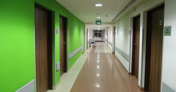 """""""Za chwilę sytuacja będzie dramatyczna. Szukamy lekarzy gdzie się da i prosimy o pomoc"""" - to apel starosty grójeckiego Krzysztofa Ambroziaka. W szpitalu w Nowym Mieście nad Pilicą nie ma kto zajmować się pacjentami, po tym, jak u 12 pracowników potwierdzono zakażenie koronawirusem."""