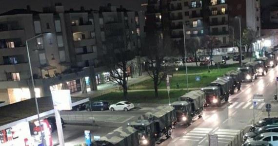 Wojskowe ciężarówki zaczęły wywozić trumny z ciałami zmarłych z Bergamo na północy Włoch, ogniska epidemii koronawirusa, do innych miast w celu poddania ich kremacji. Nocne zdjęcia kolumny pojazdów media określają w czwartek jako jeden z najbardziej przerażających obrazów.