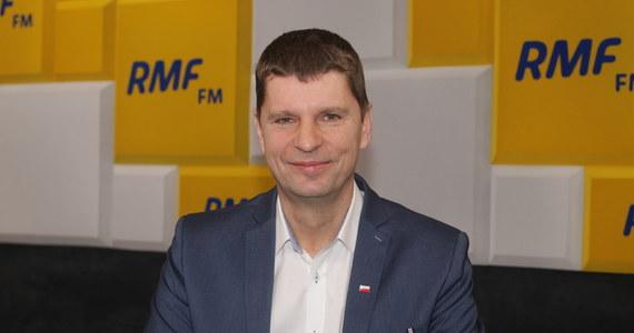 """""""Jest to jedna z bardzo prawdopodobnych wersji"""" – mówił w Popołudniowej rozmowie w RMF FM Dariusz Piontkowski o możliwości przesunięcia terminu egzaminu ósmoklasisty. Na pytanie, czy możliwe jest przedłużenie zamknięcia szkół minister edukacji mówił: """"Minister zdrowia mówi o tym, że szczyt zachorowań przed nami, także logiczne wnioski dla oświaty nasuwają się same""""."""