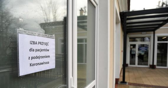 Ministerstwo Zdrowia poinformowało o śmierci szóstej osoby zarażonej koronawirusem w Polsce. Ofiara to 27-letnia kobieta, która była hospitalizowana w szpitalu w Łańcucie. Jak podaje MZ - bezpośrednią przyczyną śmierci kobiety była sepsa. Dlatego też później resort zdrowia zadecydował o tym, że kobieta nie będzie liczona w statystykach osób zmarłych z powodu Covid-19.
