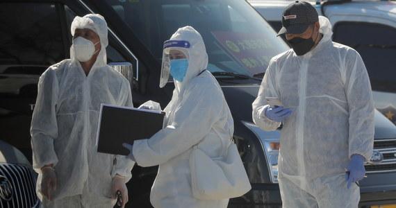"""Śmiertelność choroby COVID-19 w samym epicentrum pandemii, w chińskim mieście Wuhan była niższa, niż początkowo szacowano i wynosiła około 1,4 procent - pisze na łamach czasopisma """"Nature Medicine"""" grupa naukowców z University of Hong Kong i Harvard T.H. Chan School of Public Health w Bostonie. To wartość zdecydowanie niższa od podawanej obecnie przez Światową Organizację Zdrowia ogólnoświatowej śmiertelności COVID-19 na poziomie 3,4 procent. Nie ma wątpliwości, że tragiczną statystykę podnosi bardzo trudna sytuacja we Włoszech."""