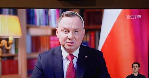 """Choć PiS i Pałac Prezydencki chcą, aby wybory odbyły się w ustalonym terminie 10 maja, Polacy są innego zdania. Aż 70 procent badanych uważa, że z uwagi na epidemię koronawirusa, majowe wybory prezydenckie należy przełożyć - pisze sobotni """"Super Express""""."""