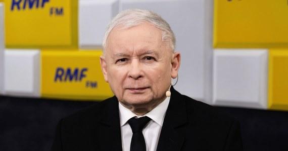 """""""Jestem przekonany, że w tej chwili nie ma żadnych przesłanek do tego, żeby wprowadzić stan klęski żywiołowej czyli ten - można powiedzieć - najsłabszy ze stanów nadzwyczajnych. A tylko wtedy wybory mogą być odłożone, więc pamiętajmy o tym ograniczeniu konstytucji"""" – mówił na antenie RMF FM Gość Krzysztofa Ziemca – prezes PiS Jarosław Kaczyński. Komentując czas kampanii prezydenckiej w dobie trwającego stadu epidemii w Polsce przekonywał, że najbardziej traci – ubiegający się o reelekcję – Andrzej Duda. """"Bo nikt tak nie gromadzi ludzi na spotkaniach i nikt nie ma tak znakomitego kontaktu z ludźmi, nikt nie jest tak świetnym mówcą, jak obecny prezydent. Prezydent utracił to, co jest jego niezwykle silną stroną"""" – argumentował Jarosław Kaczyński"""