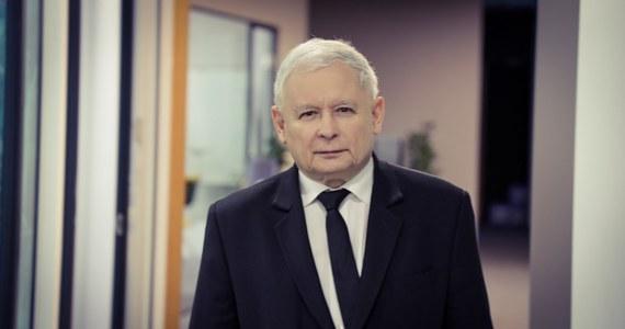 Dziś wiemy już, że delegacja do Smoleńska na obchody 10. rocznicy katastrofy prezydenckiego tupolewa poleci w bardzo ograniczonym składzie. O ile w ogóle wyjazd dojdzie do skutku – Rosjanie zamknęli granicę z powodu koronawirusa i nie wiadomo, czy otworzą ją dla polskich oficjeli. Jarosław Kaczyński w rozmowie z Krzysztofem Ziemcem w RMF FM przyznaje, że 10 kwietnia chciałby polecieć do Smoleńska.