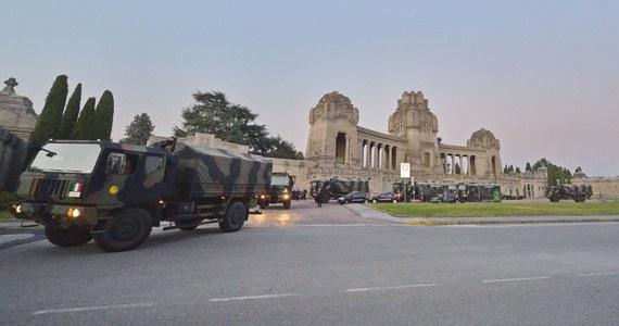70 trumien z ciałami zmarłych w Bergamo na północy Włoch wywiozły stamtąd w sobotę ciężarówki wojskowe do innych rejonów kraju, gdzie zostaną poddane kremacji - podały media. To kolejny transport zwłok z miasta pogrążonego w epidemii koronawirusa.