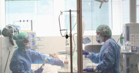 """""""Sytuacja jest trudna. Bardzo trudna. To naprawdę są dramatyczne obrazy, jakich jeszcze nigdy nie widzieliśmy"""" - mówi w rozmowie z Interią prof. Massimo Galli, szef Oddziału Chorób Zakaźnych szpitala L. Sacco w Mediolanie, największego w Lombardii, który zajmuje się leczeniem zakażonych koronawirusem."""