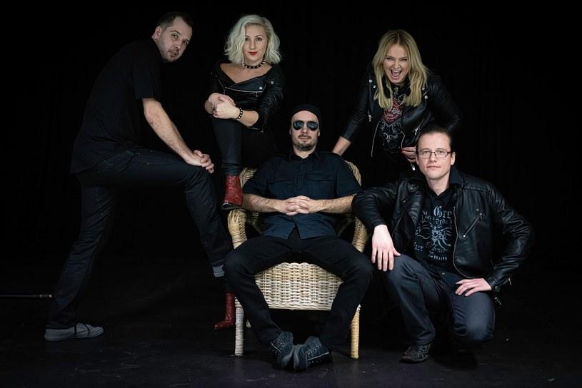 """""""Dalej"""" to trzeci studyjny album polskiej rockowej grupy 1One."""