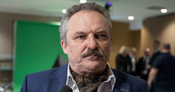 Były poseł Marek Jakubiak, związany ze środowiskami narodowymi, zebrał blisko 150 tys. podpisów pod swoją kandydaturą w wyborach prezydenckich. Pojutrze przekaże je Państwowej Komisji Wyborczej. Jeśli podpisy zostaną pozytywnie zweryfikowane, to biznesmen dołączy do wyścigu o Pałac Prezydencki.