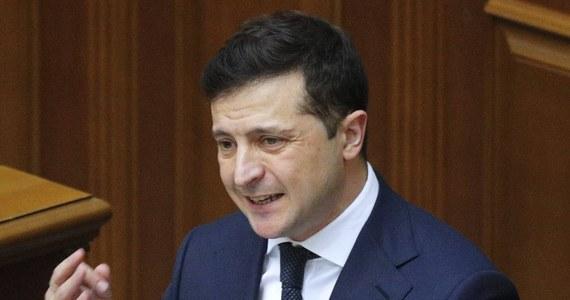 """Prezydent Ukrainy Wołodymyr Zełenski poprosił oligarchów i przedstawicieli wielkiego biznesu o pomoc w walce z koronawirusem, m.in. poprzez roztoczenie opieki nad rejonami, w których posiadają aktywa i zasoby ludzkie - pisze """"Ukraińska Prawda""""."""